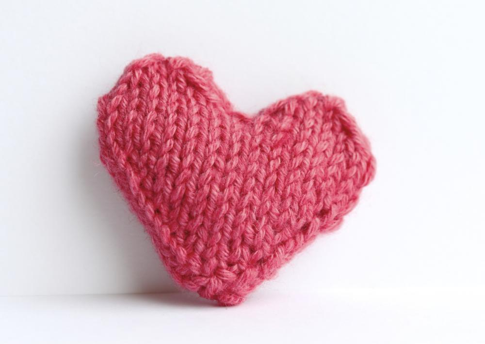 Heart pin brooch knitted in bubblegum pink