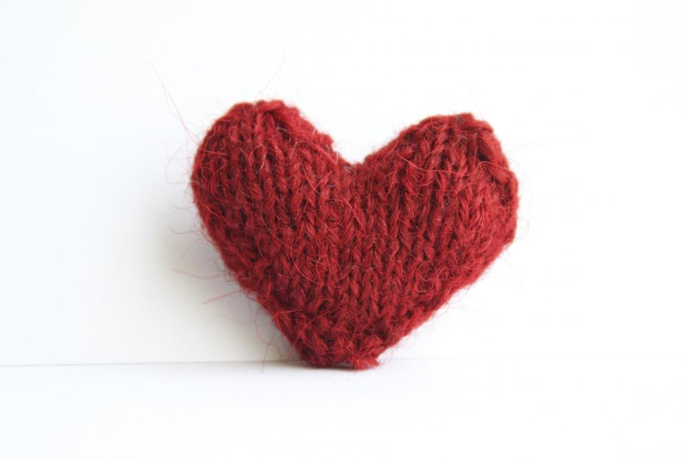 Heart pin brooch knitted in brick red
